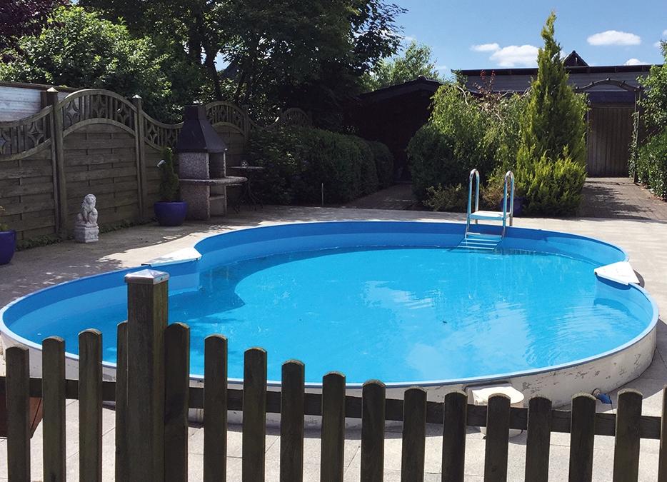 Gartenbereich vom Kinderheim Hus-Sünschien mit einem Pool